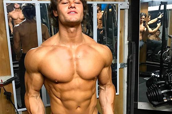 90后男模从瘦渣到极品男神,这胸肌是男的看了都顶不住啊!